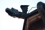 Drak na streche kláštora